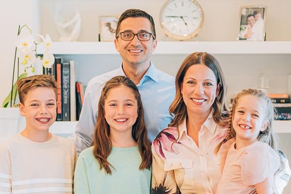 Karl Tabbakh et Cynthia Coutya Tabbakh avec leurs trois enfants