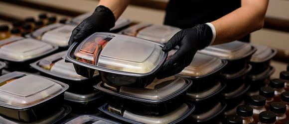 Des repas d'avion voyagent dans l'assiette de gens dans le besoin